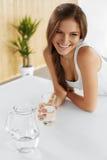 bebidas Agua potable de la muchacha feliz Atención sanitaria Forma de vida sana Fotos de archivo libres de regalías
