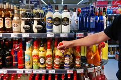 Bebidas alcoólicas em um supermercado fotografia de stock
