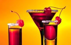 Bebidas alcohólicas con las cerezas Imagen de archivo libre de regalías