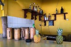 Bebidas alcohólicas de la fruta en un lugar común fotografía de archivo libre de regalías
