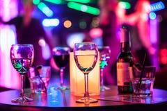 Bebidas alcohólicas en la tabla Foto de archivo libre de regalías