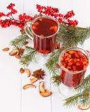Bebidas calientes del invierno Agujas rojas del abeto del té foto de archivo