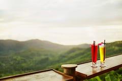bebidas Cócteles exóticos, paisaje (visión) en fondo tailandés Foto de archivo