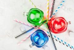 Bebidas coloridas brilhantes do verão com gelo Fotos de Stock Royalty Free