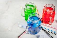 Bebidas coloridas brilhantes do verão com gelo Imagens de Stock Royalty Free