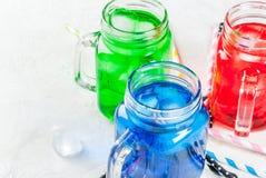 Bebidas coloridas brilhantes do verão com gelo Imagem de Stock Royalty Free
