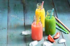 Bebidas coloridas em uns frascos E Copie o espaço Imagens de Stock