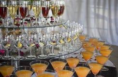 Bebidas coloridas empiladas en una función (cosechada) Imágenes de archivo libres de regalías