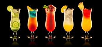 Bebidas coloridas en fondo negro Imagen de archivo