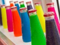 Bebidas coloridas fluorescentes da garrafa do aperitivo Foto de Stock