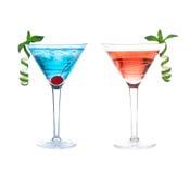 Bebidas cosmopolitas de los cócteles del alcohol rojo y azul Foto de archivo