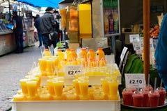 Bebidas da laranja e do batido na tenda do mercado Imagens de Stock