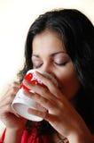 Bebidas da mulher de uma caneca Fotos de Stock
