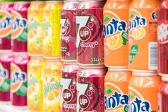 Bebidas da soda no suporte do supermercado Foto de Stock Royalty Free