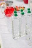 Bebidas de abastecimiento - botellas con el agua potable Fotos de archivo libres de regalías