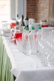 Bebidas de abastecimiento - botellas con el agua potable Imagen de archivo libre de regalías