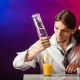 Bebidas de colada del camarero joven imagenes de archivo