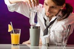 Bebidas de colada del camarero joven imagen de archivo libre de regalías