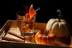 Bebidas de la caída - cóctel pasado de moda del whisky imagenes de archivo
