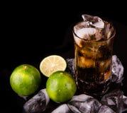 Bebidas de la cola con el cubo de hielo y la cal II Imagen de archivo