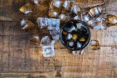 Bebidas de la cola, refrescos negros e hielo de restauración fotos de archivo
