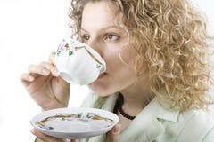 Bebidas de la mujer de una taza Fotos de archivo libres de regalías