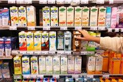 Bebidas de la soja en supermercado Fotos de archivo libres de regalías