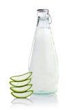 Bebidas de Vera Healthy do aloés no branco Fotos de Stock Royalty Free