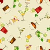 Bebidas del alcohol y modelo inconsútil de los cócteles adentro Fotografía de archivo libre de regalías