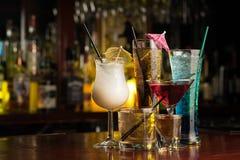 Bebidas del cóctel en la tabla de la barra foto de archivo libre de regalías