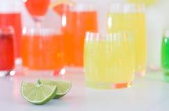 Bebidas del coctel con las cales Fotografía de archivo libre de regalías
