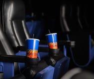 Bebidas del frío en apoyabrazos de asientos en el teatro fotos de archivo libres de regalías