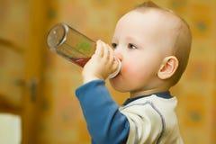 Bebidas del niño pequeño Foto de archivo libre de regalías