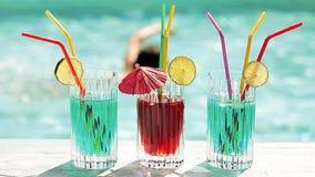 Bebidas del Poolside almacen de metraje de vídeo