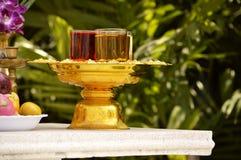 Bebidas del ritual en el altar budista Foto de archivo libre de regalías