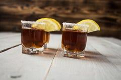 bebidas del tiro del alcohol con el limón y la sal imagen de archivo libre de regalías