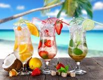 Bebidas del verano en la playa Imagenes de archivo