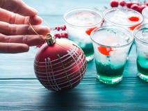 Bebidas del verde del día de fiesta de la Navidad y chuchería roja Foto de archivo libre de regalías