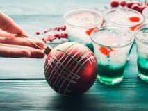 Bebidas del verde del día de fiesta de la Navidad y chuchería roja Fotografía de archivo libre de regalías