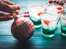 Bebidas del verde del día de fiesta de la Navidad y chuchería roja Fotos de archivo