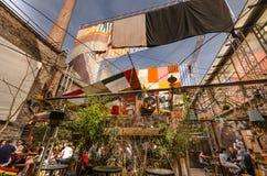 Bebidas diferentes - bares da ruína de Budapest foto de stock