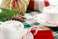Bebidas do cacau do chocolate quente com bastões de doces Imagem de Stock Royalty Free