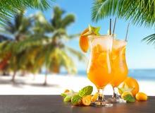 Bebidas do verão na praia fotografia de stock