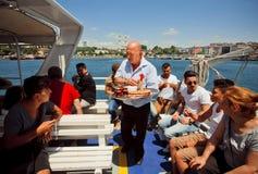 Bebidas dos saques do vendedor ambulante a bordo da balsa Fotografia de Stock Royalty Free