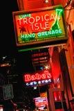 Bebidas e clubes da rua de Nova Orleães Bourbon Fotos de Stock Royalty Free