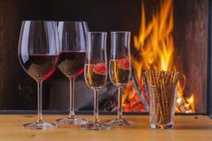 Bebidas e petiscos na véspera de anos novos Fotografia de Stock