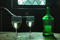 Bebidas en el castillo fantasmagórico abandonado dejado para siempre foto de archivo libre de regalías