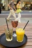 Bebidas en la bandeja en barra al aire libre de la ciudad Foto de archivo