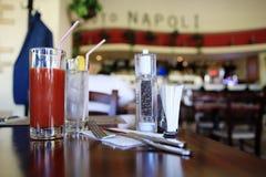 Bebidas en la tabla en café Foto de archivo libre de regalías