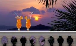 Bebidas en un balcón tropical Fotografía de archivo libre de regalías